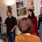 Carsten Lenk vom Evangelischen Bildungswerk begrüßt den Iberisi Chor